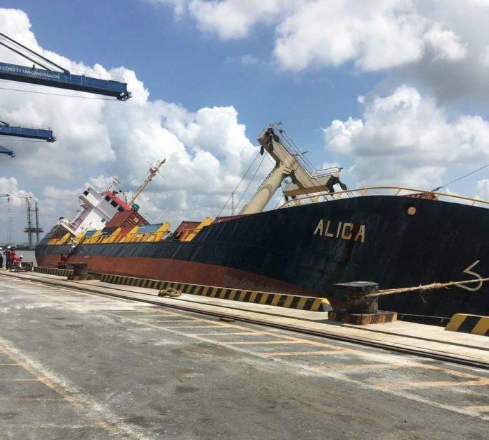 Đang Cứu Nạn Tàu Chở Container Bị Lật Tại Cảng Tân Cảng Hiệp Phước